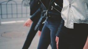 Senhoras ocasionais na moda do olhar que andam a rua da cidade video estoque
