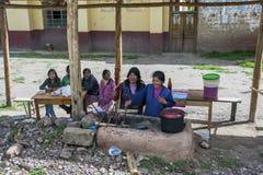 Senhoras peruanas que cozinham cobaias no vale sagrado dos Incas no Peru Foto de Stock Royalty Free
