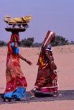 Senhoras que levam cestas, Jaisalmer, Índia Fotografia de Stock Royalty Free