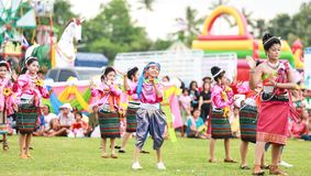 Senhoras tailandesas que executam a dança tailandesa no festival de Rocket Imagens de Stock