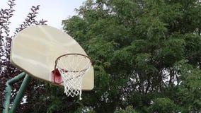 Senhorita do basquetebol em uma corte exterior 02 vídeos de arquivo