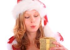 A senhorita espantada Santa está prendendo uma caixa de presente dourada Imagem de Stock