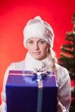 Senhorita Papai Noel com presente de Natal Imagens de Stock Royalty Free