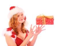 A senhorita Santa está travando uma caixa de presente vermelha foto de stock royalty free