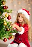 Senhorita Santa que decora a árvore de Natal Fotos de Stock