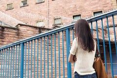 Senhoritas Her Imprisoned Boyfriend da jovem mulher foto de stock