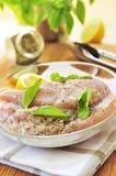 Seni di pollo grezzi che marinano Fotografie Stock