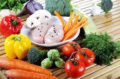 Seni di pollo grezzi con la verdura fresca Fotografia Stock Libera da Diritti