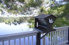 Senic widok ptasi dom na spokoju, reflctive jezioro Obraz Royalty Free