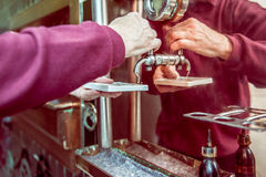 Senio-Mannprüfungs-Biersäure Lizenzfreies Stockfoto