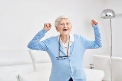 Senior świętuje z zaciskać pięściami obraz royalty free