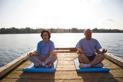 Senior asian couple exercising Royalty Free Stock Images