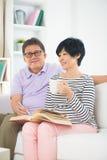 Senior asian couple reading a book Royalty Free Stock Photos