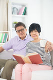 Senior asian couple reading a book Royalty Free Stock Photos
