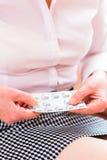 Senior behandeln mit Pillen zu Hause medizinisch Stockbild