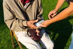 Senior bekommt Rente, Spende, Altersarmut Royalty Free Stock Photos
