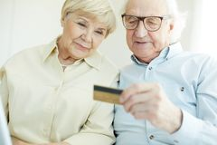 Senior couple with card Royalty Free Stock Image