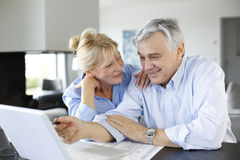 Senior couple connected with laptop Royalty Free Stock Photography