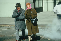 A senior couple crossing the street Royalty Free Stock Photography