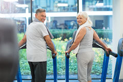 Senior couple exercising in gym Royalty Free Stock Photography