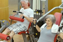 Senior couple exercising in gym Royalty Free Stock Image