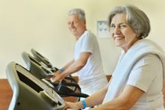 Senior couple in gym Royalty Free Stock Photos