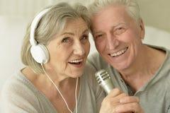 Senior couple with headphones Royalty Free Stock Photos