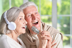 Senior couple with headphones Royalty Free Stock Images