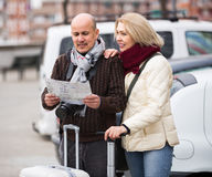 Senior couple with map and luggage Royalty Free Stock Photography
