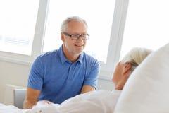 Senior couple meeting at hospital ward Royalty Free Stock Photos