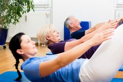 Senior couple in physiotherapy doing sit-ups Royalty Free Stock Images