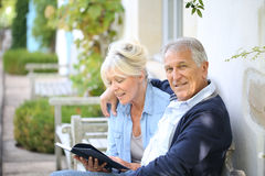 Senior couple reading book Royalty Free Stock Image
