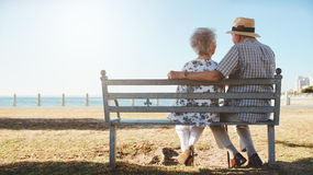 Senior couple relaxing at the seaside Royalty Free Stock Photos