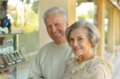 Senior couple in a shopping center Royalty Free Stock Photography