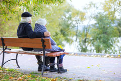 Senior couple sitting on bench in park Royalty Free Stock Photos