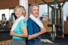 Senior couple sitting in fitness Royalty Free Stock Image