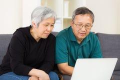 Senior couple surfing on internet Royalty Free Stock Photography