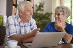 Senior couple using laptop Royalty Free Stock Photos
