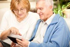 Senior couple using tablet PC Royalty Free Stock Photos