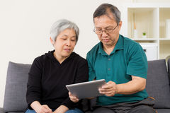 Senior couple using their tablet Royalty Free Stock Photos