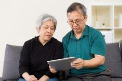 Senior couple using their tablet Royalty Free Stock Photos