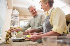 Senior couple washing the dishes Royalty Free Stock Photography