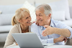 Senior couple websurfing on laptop Royalty Free Stock Images