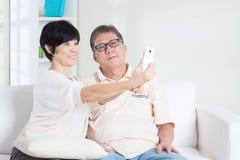 Senior, der das intelligente Telefon macht selfie verwendet Lizenzfreie Stockfotos