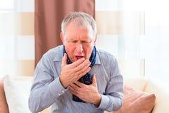 Senior, der die Grippe hustet und hat lizenzfreies stockbild