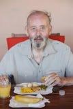 Senior, der gesunde Mahlzeit im Heimpflegehaus isst lizenzfreies stockfoto