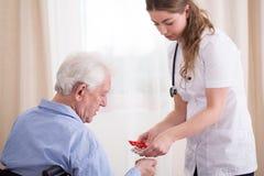 Senior, der Medizinen nimmt stockbild