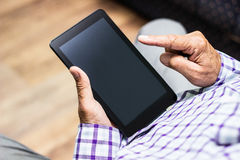 Senior, der moderne digitale Tablette verwendet Stockfotos