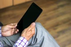 Senior, der moderne digitale Tablette verwendet Stockfoto