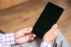 Senior, der moderne digitale Tablette verwendet Lizenzfreie Stockbilder